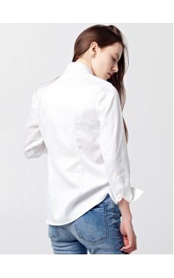 Белая рубашка со складками на полочке